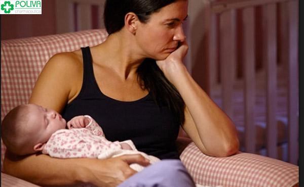 Phụ nữ có thể bị hậu sản mòn do vất vả trong việc chăm con sau sinh