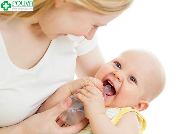 Khi trẻ bị sốt mẹ nên cho bé uống nhiều nước.