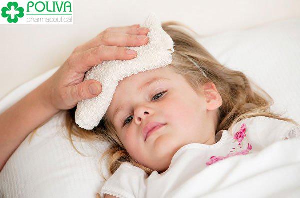 Thân nhiệt của bé cao hơn bình thường nhiều là dấu hiệu nhận biết bé bị sốt.