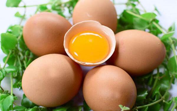 Liệu phụ nữ sinh mổ ăn trứng gà được không?