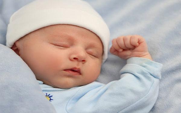Lời khuyên cho mẹ khi thấy trẻ sơ sinh ngủ ít
