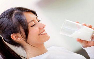 Mẹ đang cho con bú có nên uống sữa đậu nành không ?