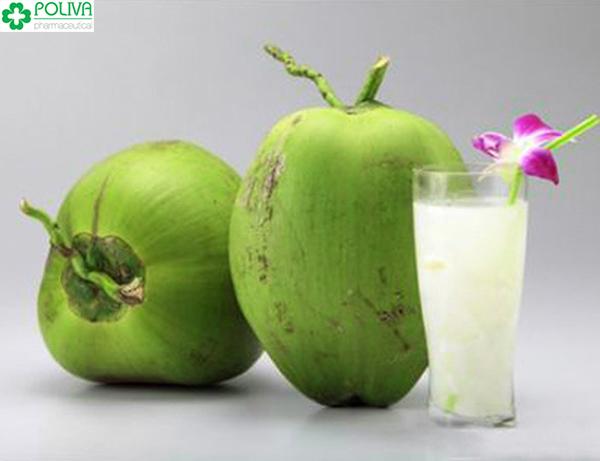 Nước dừa có nhiều công dụng tốt cho trẻ.