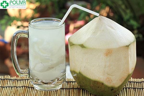 """Nước dừa có tính hàn vì vậy cũng có nhiều điểm cần phải lưu ý về loại nước """" vàng"""" này."""