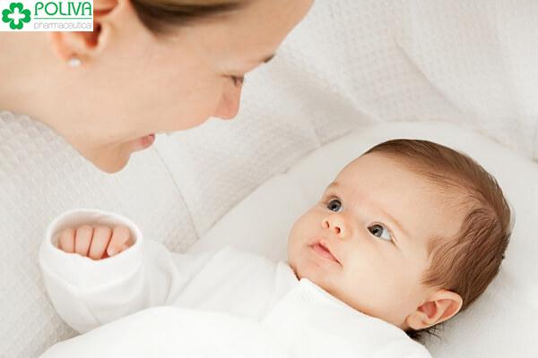 Khi trẻ bị sốt trẻ có thể uống nước dừa.