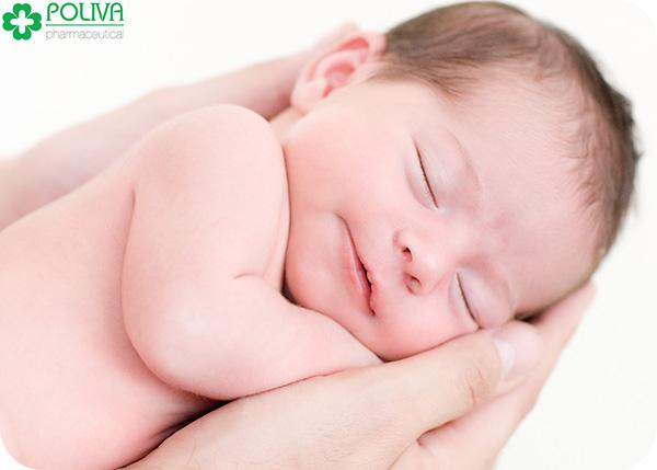 Tắm cho trẻ sơ sinh hằng ngày sẽ giúp bé ngủ ngon hơn.