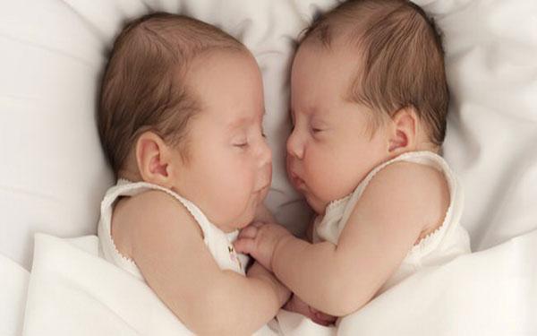 Sinh đôi cùng trứng là gì? Trẻ sinh đôi cùng trứng có giống nhau không?
