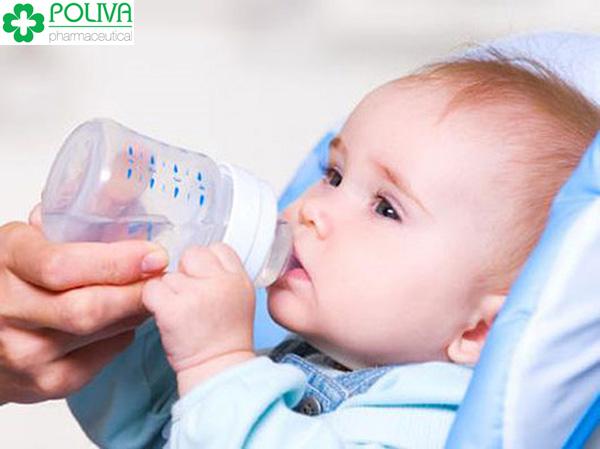 Khi bé bị sốt, mẹ nên cho bé uống nhiều nước.