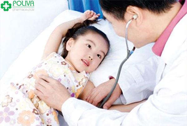 Nếu bé sốt trên 3 ngày thì mẹ nên đưa bé đi khám bác sĩ ngay.