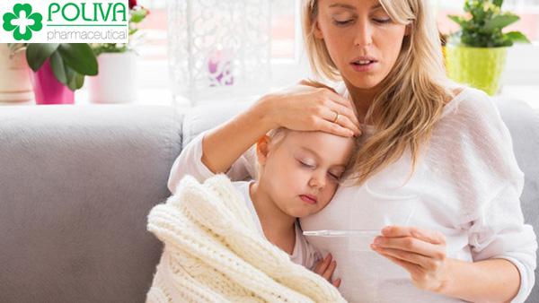 Khi bé có dấu hiệu sốt, đầu tiên mẹ nên đo nhiệt độ để biết bé sốt bao nhiêu độ.