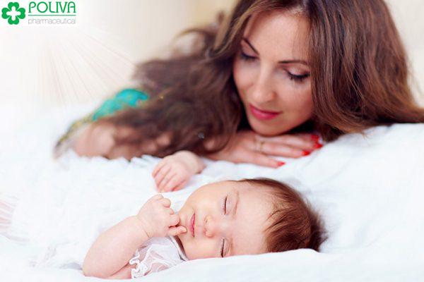 Mẹ nên để ý để tìm ra nguyên nhân trẻ sơ sinh ngủ hay vặn mình.