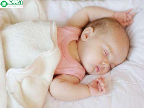 Mẹ cần chú ý đánh thức bé dậy cho bú để đảm bảo đủ chất dinh dưỡng.