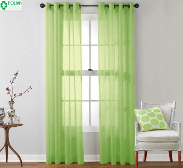 Rèm cửa màu xanh kết hợp bức tường màu tím nhạt tạo cảm giác hài hòa cho căn phòng