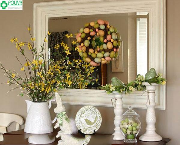 Một lọ hoa giấy đặt bàn giúp không gian căn phòng trở nên lung linh hơn