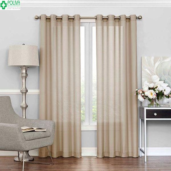 Mẫu rèm cửa màu kem nhạt khá hợp với bức tường màu trắng tạo nét hài hòa cho cả căn phòng
