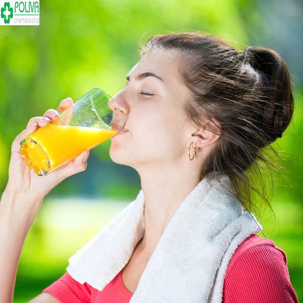 Uống nước cam đúng cách nên uống vào buổi sáng để hấp thụ hiệu quả