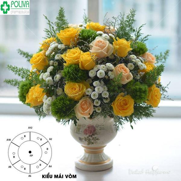 Kiểu cắm hoa hình vòm hợp với không gian bữa tiệc
