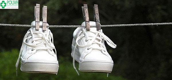 Tránh phơi giày trắng trực tiếp dưới nắng