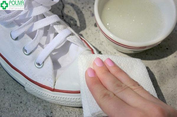 Cách giữ giày trắng như mới bằng giấm đơn giản, dễ làm