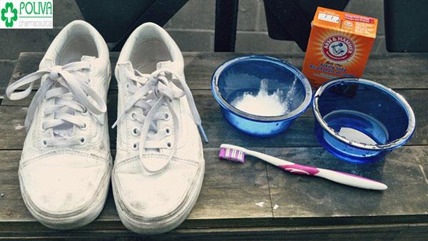 Baking soda kết hợp với oxy già giúp đánh bay mọi vết bẩn trên giày trắng