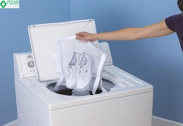 Cách giữ giày trắng an toàn không giặt giày bằng máy giặt