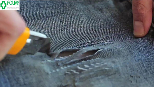Dùng dao dọc giấy cắt quần theo khoảng cách bạn muốn