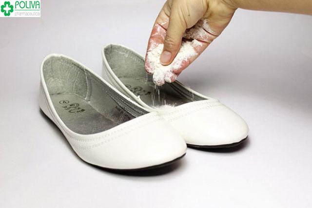 Công dụng của phấn rôm đánh bay mùi hôi của giày