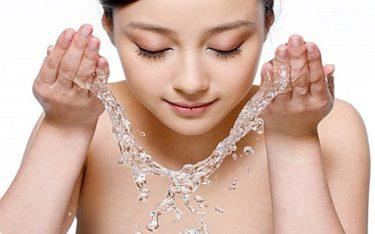 Hướng dẫn các chị em cách rửa mặt bằng nước muối sinh lý từ A-Z