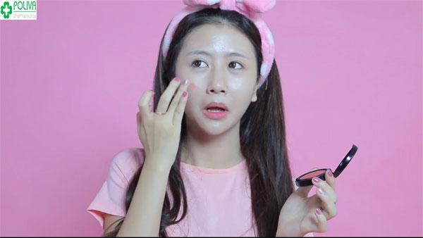 Sử dụng phấn má hồng để khuôn mặt trông tự nhiên hơn