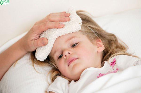 Trẻ bị sốt nhẹ không gây nguy hiểm lớn cho bé nhưng các mẹ không nên chủ quan