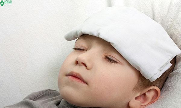 Khi trẻ bị sốt nhẹ các mẹ cần thường xuyên theo dõi sức khỏe của bé
