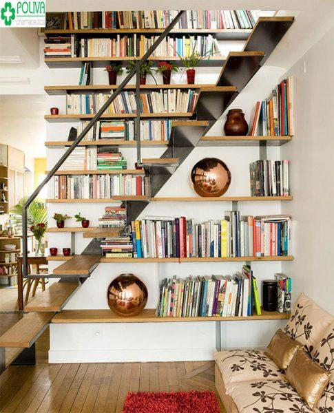 Tận dụng gầm cầu thang làm tủ bằng để sách tạo không gian mới cho ngôi nhà
