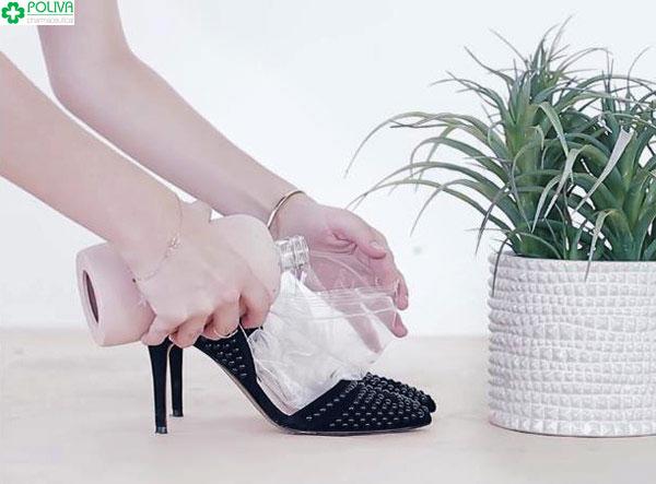 Cách làm giày rộng ra bằng nước đá nhanh chóng