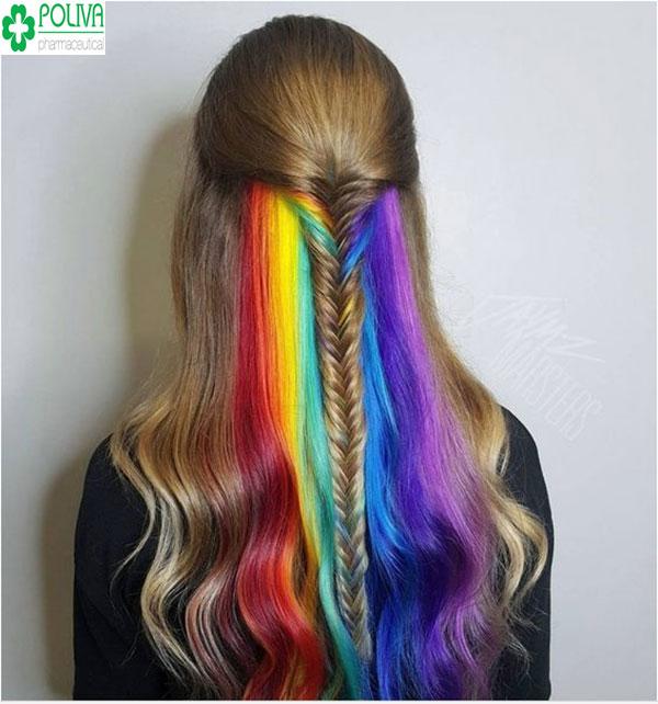 Độc đáo với mái tóc highlight cầu vồng