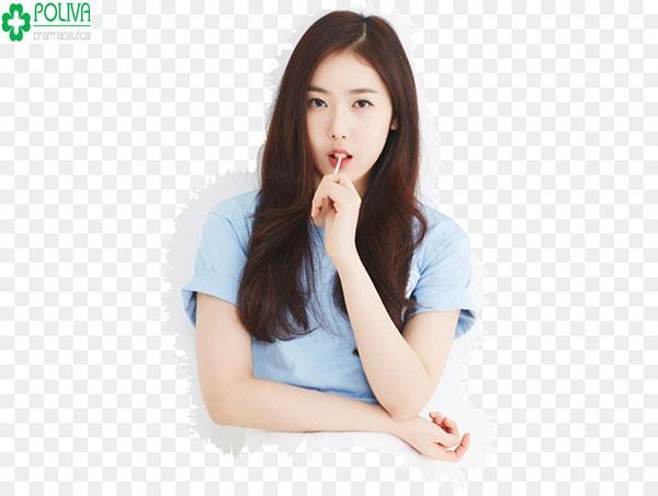 Kiểu tóc dài thẳng rẽ ngôi giúp che phần khuyết điểm mặt dài cho bạn gái
