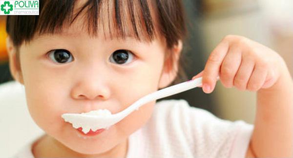 Sữa chua chứa nhiều lợi khuẩn cho đường tiêu hóa của bé
