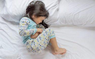 Trẻ đau bụng quanh rốn là do nguyên nhân gì? Có nguy hiểm không?
