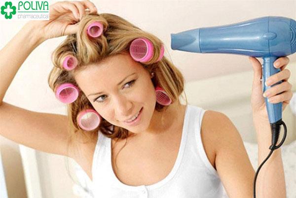 Dùng lô thay vì dùng máy sấy để giữ nếp cho tóc uốn