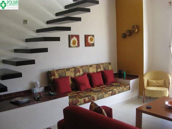 Tận dụng những món đồ nội thất trong nhà để trang trí cầu thang tăng sự sang trọng cho ngôi nhà