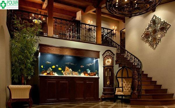 Việc sử dụng bể cá trang trí gầm cầu thang tạo nét đẹp sang chảnh cho ngôi nhà