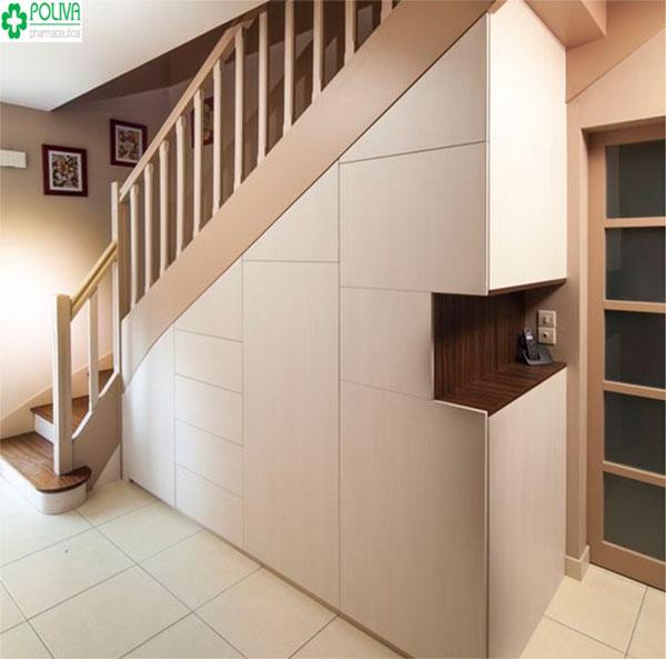 Gọn gàng với kiểu tủ âm tường được thiết kế ngay gầm cầu thang