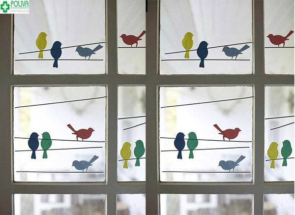 Sử dụng hình dán để dán lên khung cửa sổ tăng phần sinh động cho căn phòng
