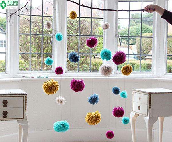 Sáng tạo với những sợi len được xâu lại treo lên cửa sổ
