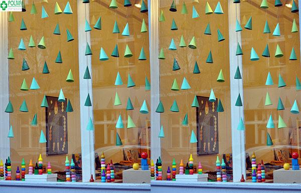 Sử dụng nón để trang trí cửa sổ tạo nên khung cảnh đẹp cho ngôi nhà