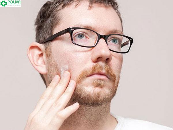 Rối loạn nội tiết tố nam dẫn đến lông tay, râu ở nam giới dần mỏng đi