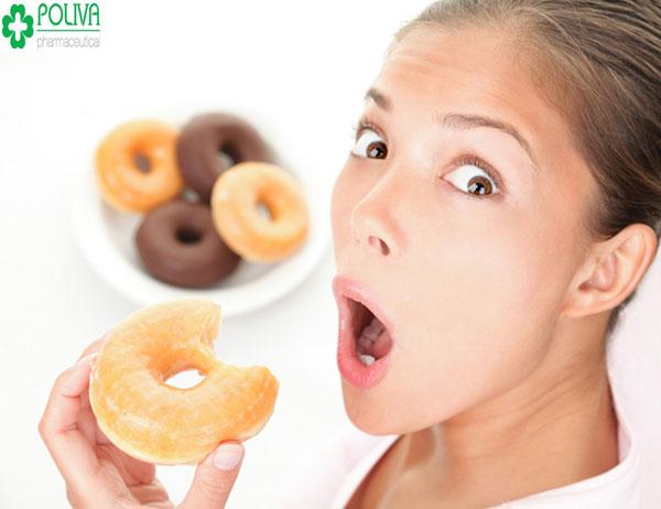 Thèm ăn không kiểm soát được là một trong các dấu hiệu chị em mang thai