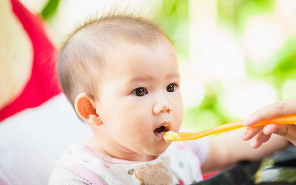 Bé 5 tháng tuổi ăn được những gì? Mẹ chăm con xem ngay để biết