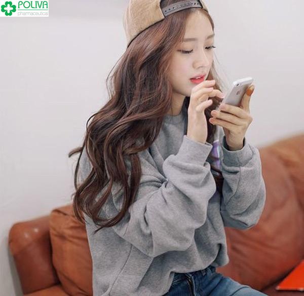 Con gái khi yêu sẽ chăm chăm nhìn vào điện thoại để kịp trả lời tin nhắn của chàng