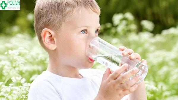 Khi sốt, bé mất nước, do đó mẹ nên bổ sung nước cho con