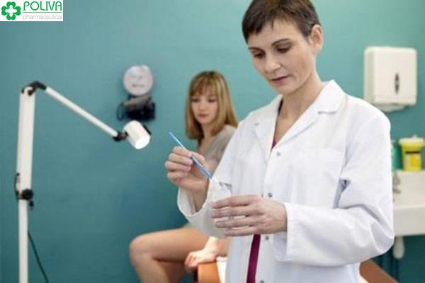 Thực hiện các xét nghiệm khi lấy mẫu vật tế bào, dịch âm đạo